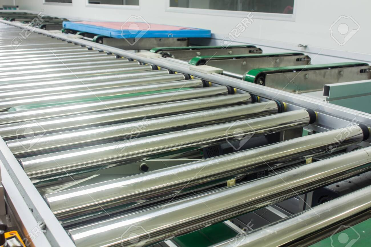 The conveyor chain, and conveyor belt on production line set up in clean room area. - 123637726