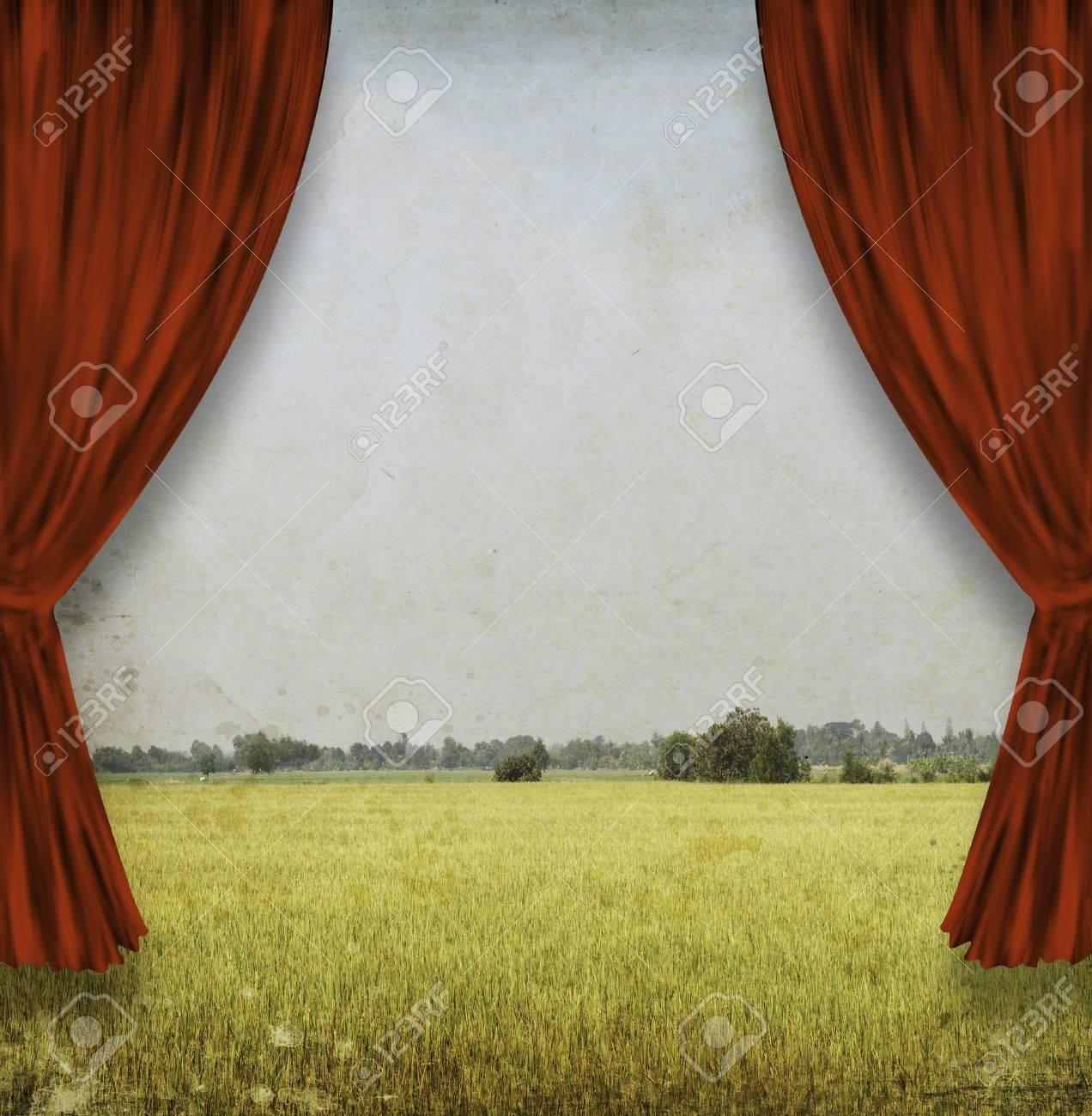 teatro escenario con cortinas rojas y el campo amarillo foto de archivo