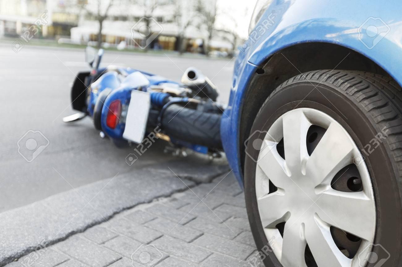 Der Unfall Blaues Fahrrad Mit Einem Blauen Auto. Das Motorrad ...