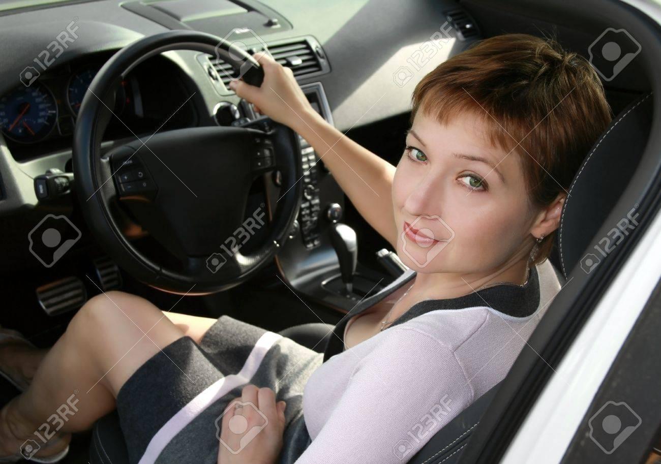Dentro de interior de automóvil deportivo con la conducción de una mujer hermosa que mira en la cámara Foto de archivo - 10471386