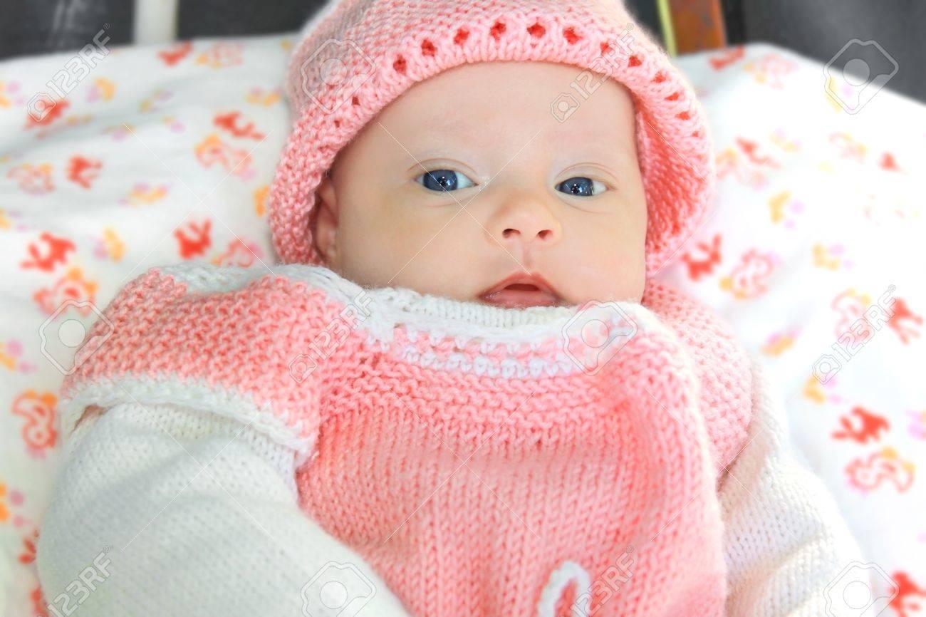 Banque d images - Portrait Macro de petit bébé dans le chapeau rose et robe  avec des yeux bleus 63839d01e24
