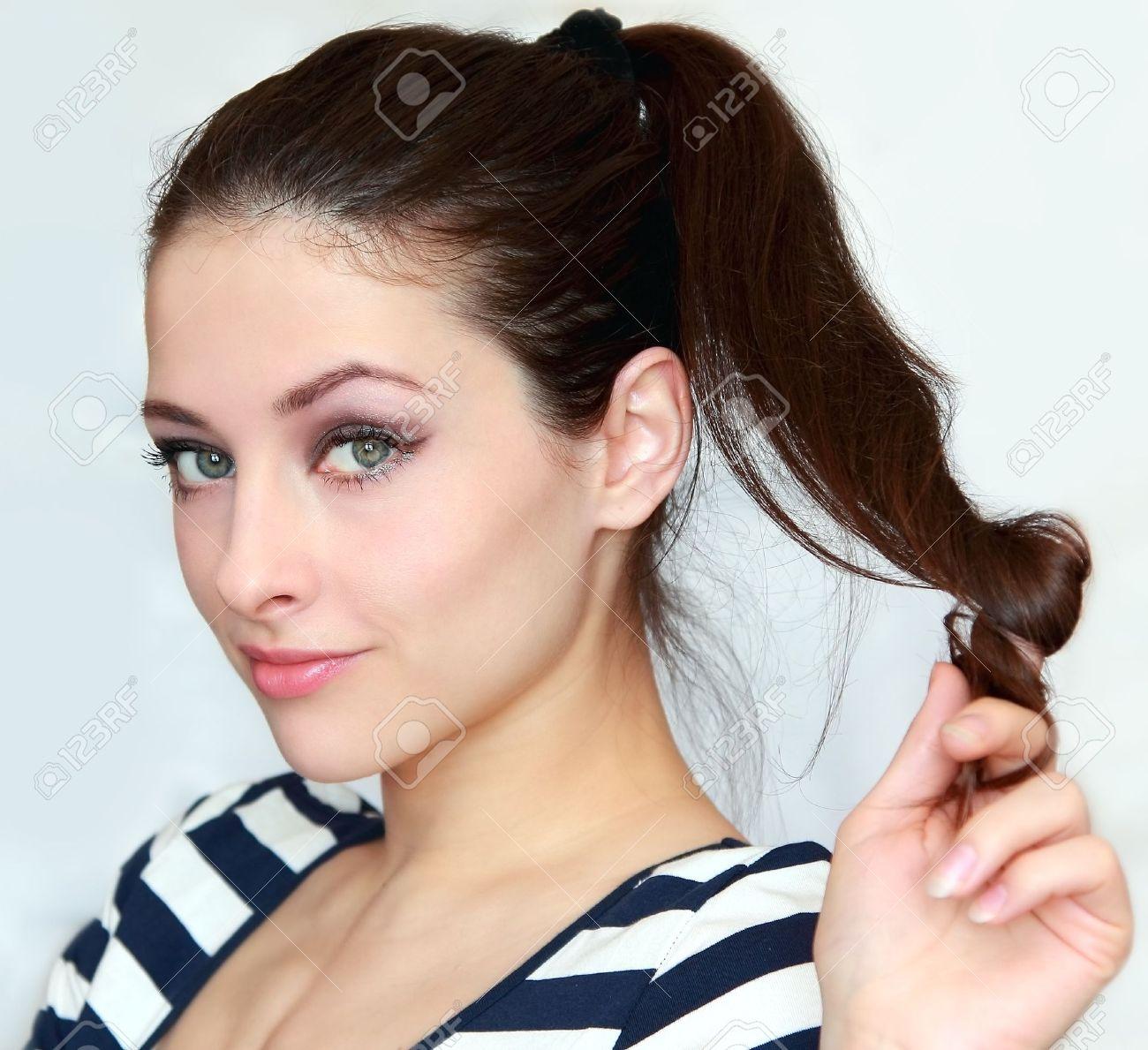 Schöne Junge Frau Mit Den Langen Haaren Mit Flirten Look