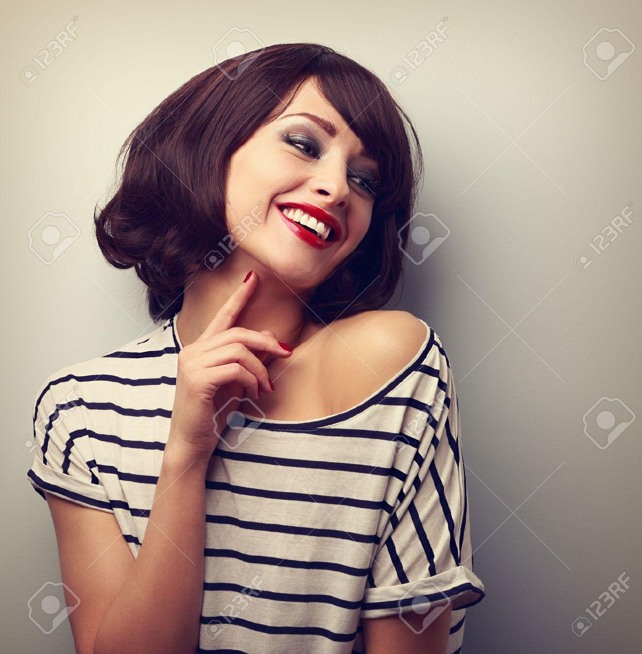 Glückliche Lachende Junge Frau Kurze Frisur In Mode Bluse Berühren