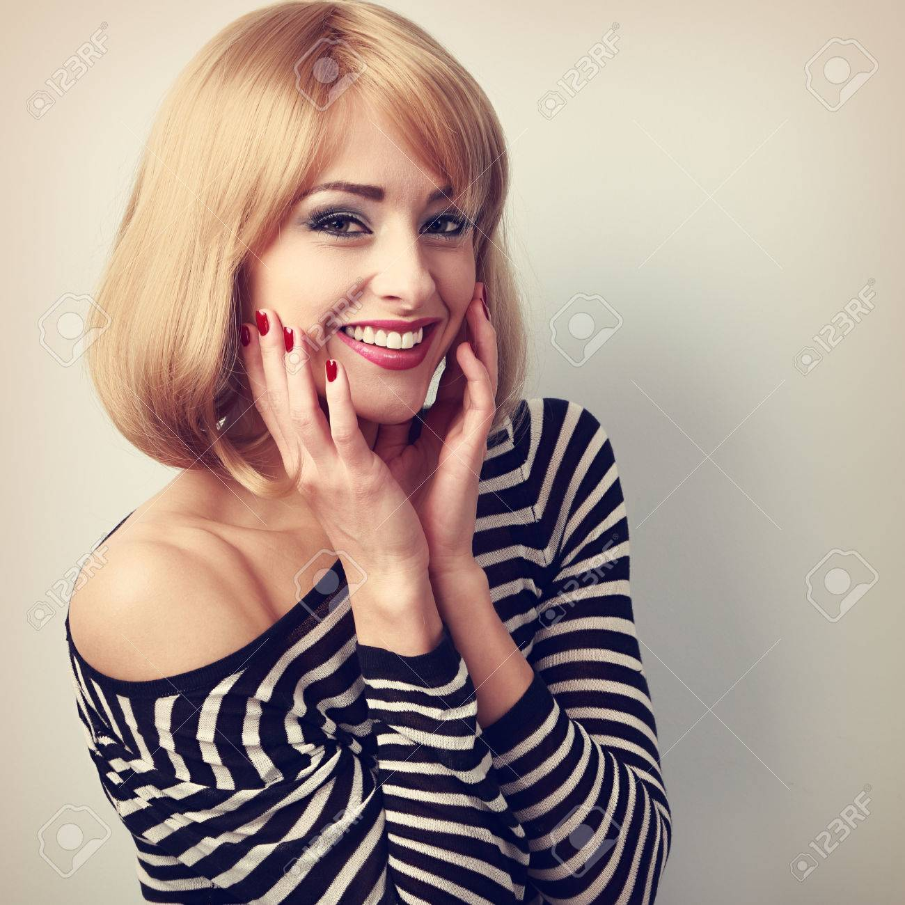foto de archivo riendo mujer rubia con corte de pelo corto en la blusa de moda retrato de la vendimia