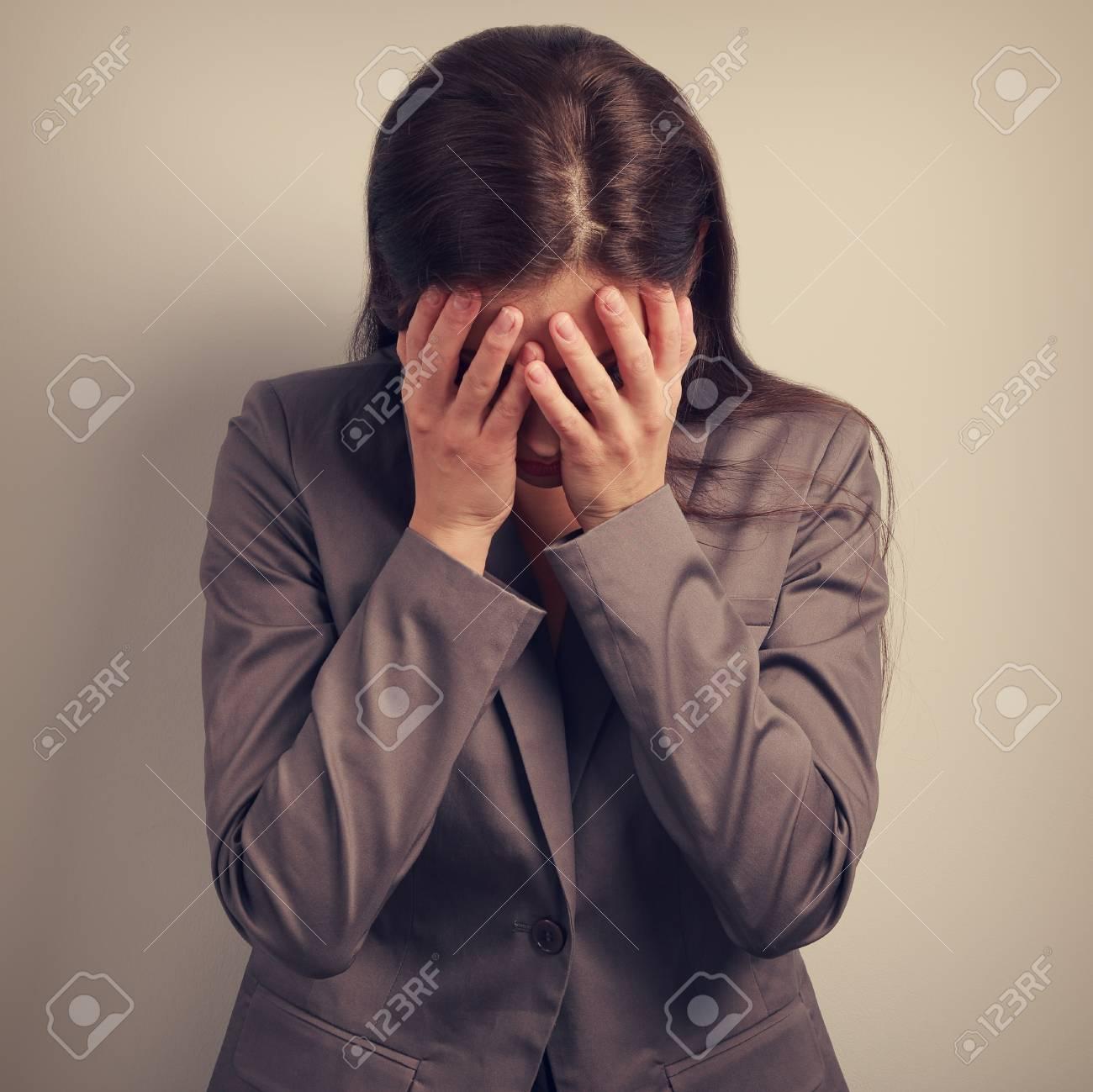 手、顔を覆うスーツ ビジネス不幸なうつ病女性。それは失敗です ...