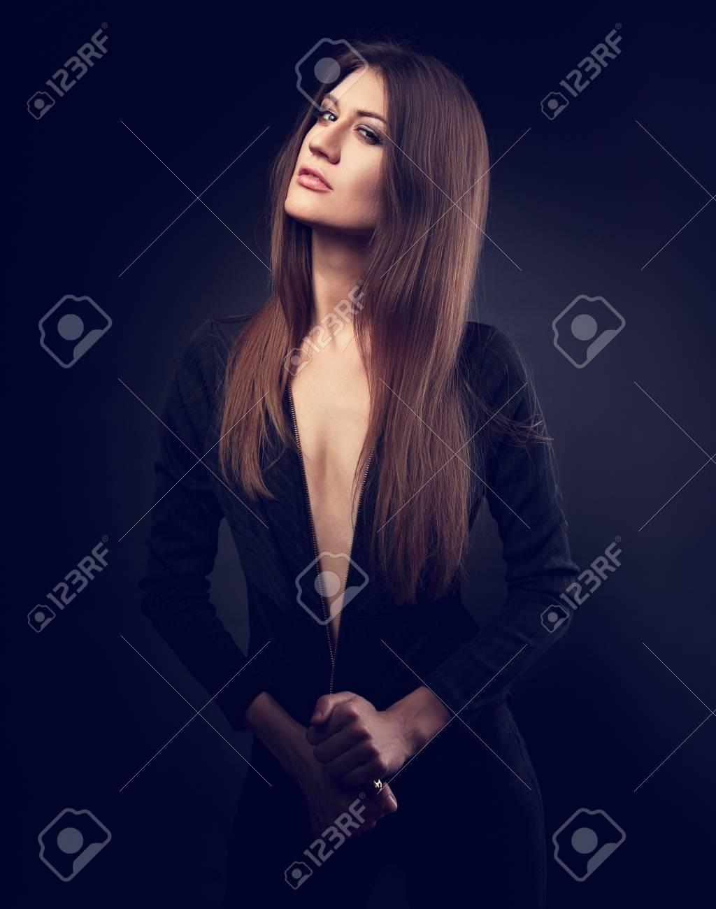 Sexy Dünnes Modell Das In Der Schwarzen Jacke Mit Langer Stright