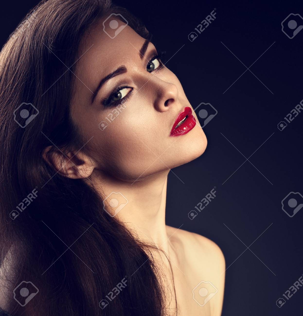 Belle Femme De Maquillage Avec Une Peau Parfaite Rouge à Lèvres Sexy Rouge Maquillage Effet Effet Smokey Et Sourcils à La Mode Sur Fond Sombre Gris