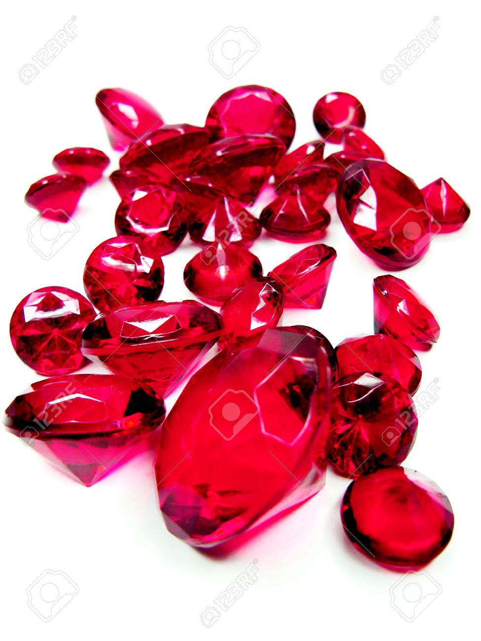 Le due chiavi. 23482199-rubino-gemma-pietre-cristalli-isolati-su-sfondo-bianco-Archivio-Fotografico
