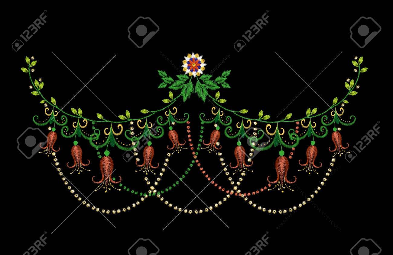 Bordado Colorido Línea De Cuello Patrón Floral Con Harebells. Vector ...