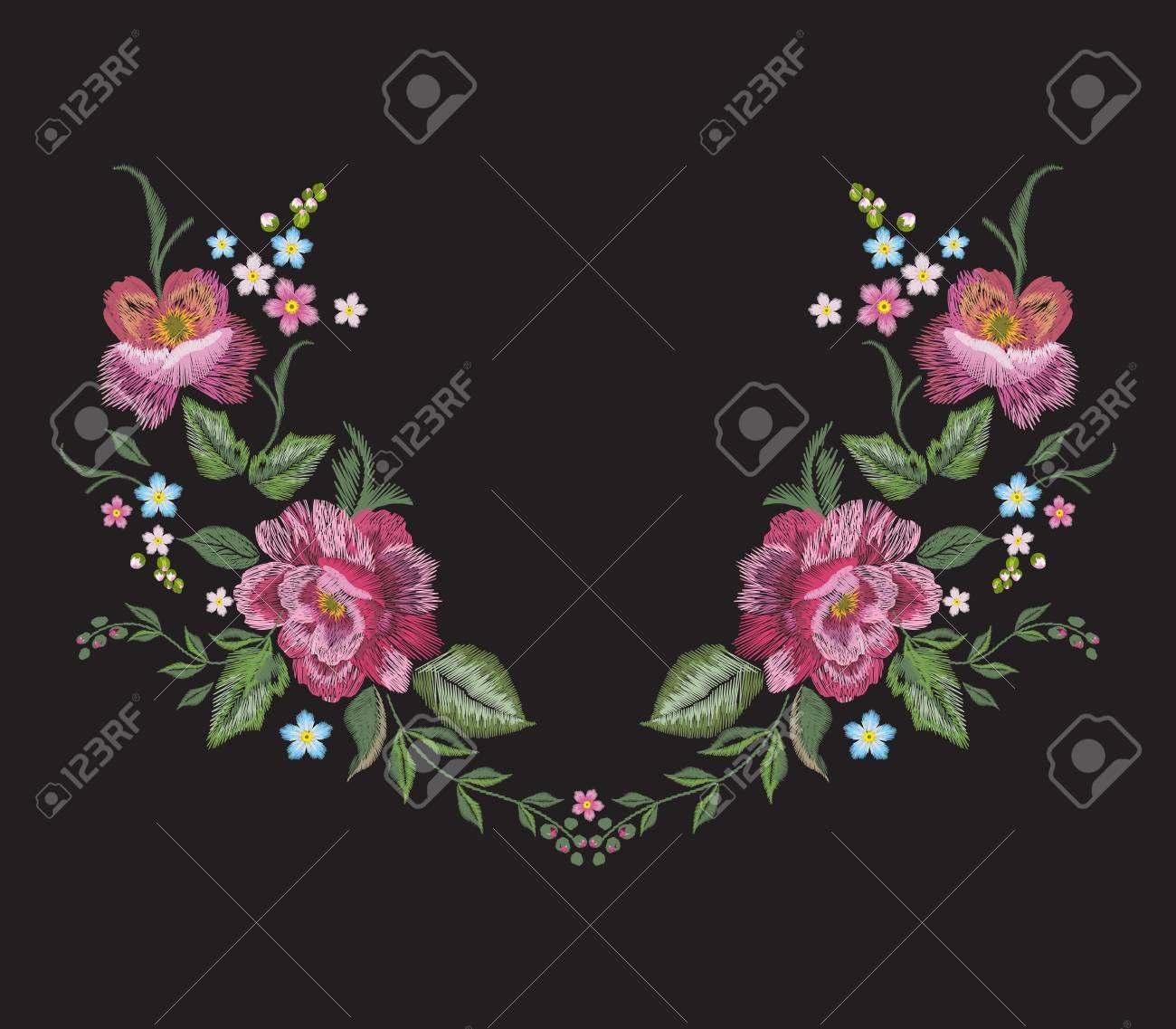 Foto de archivo - Patrón de escote floral bordado con rosas rojas. Vector  ramo bordado con flores para usar diseño. 24d099503dd2c