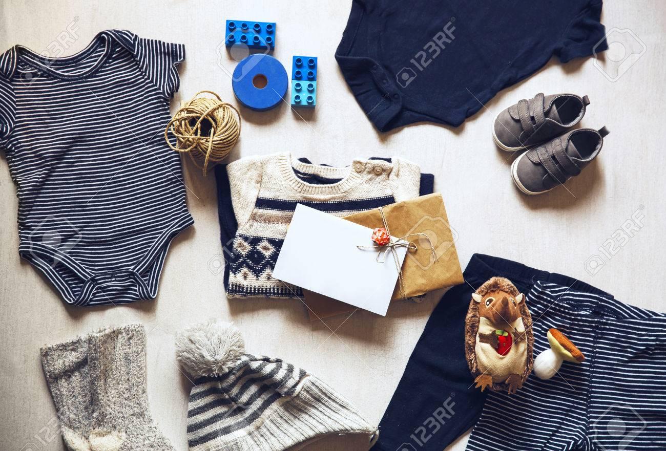 3a2c4e36799b7 Vêtements D automne Ou D hiver Pour Enfants. Vue De Dessus De Mode à La  Mode Look De Vêtements Pour Bébés Avec Carte De Voeux Avec Le Nouveau-né Le  Plus ...