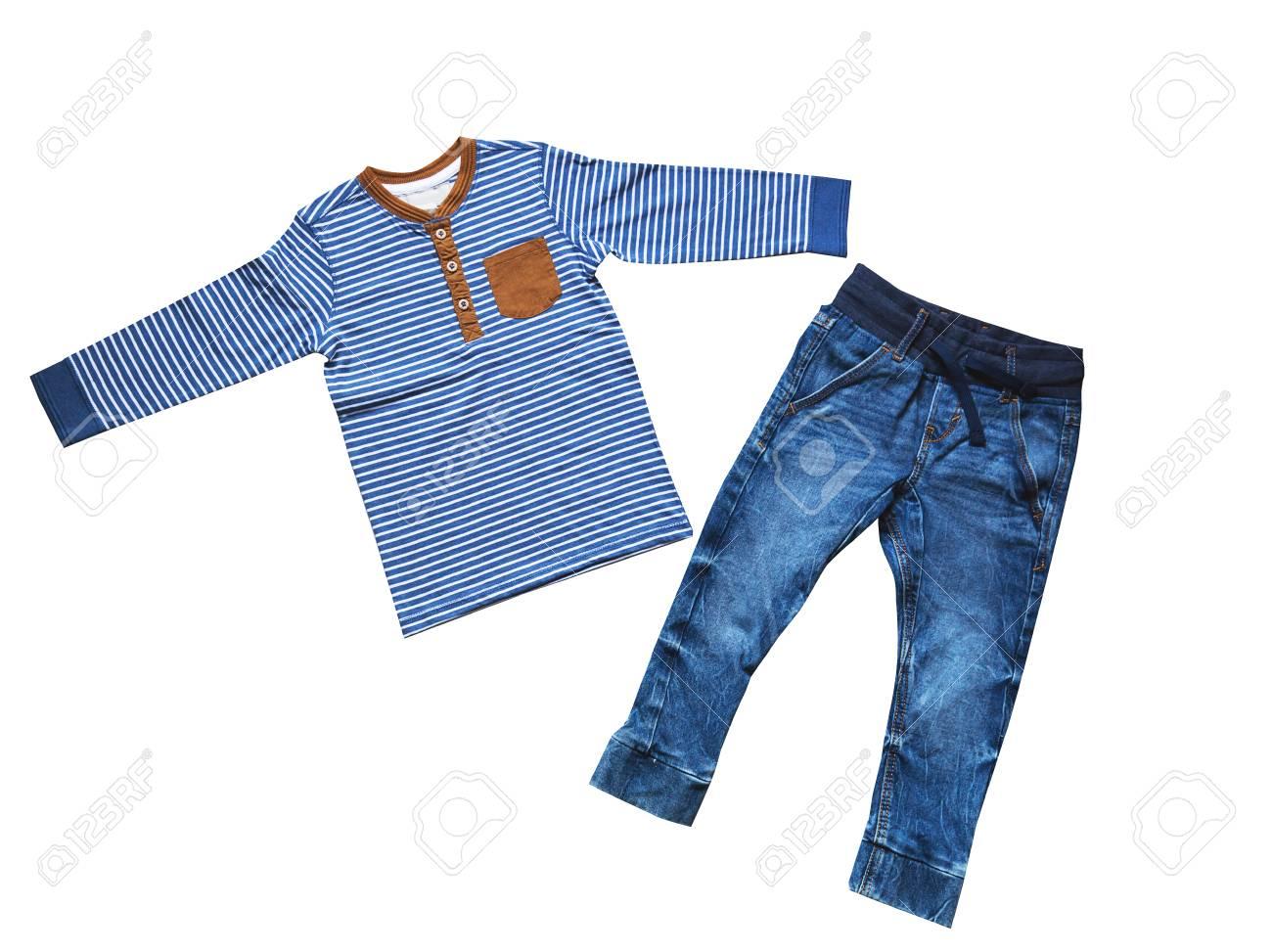 6f593729c Ropa de niño, el concepto de la moda infantil. Tendido plano ropa para  niños. Vista superior de la moda mirada de moda de ropa de niño. Aislante  en ...