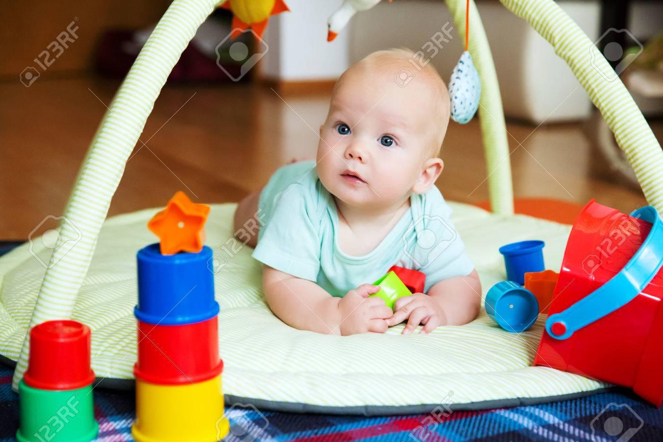 De 6 Meses Descubrimiento En Bebé Jugando Del Edad Colores Y Con Jugar Juguetes HogarFeliz Niño El Al UMVGqzSp
