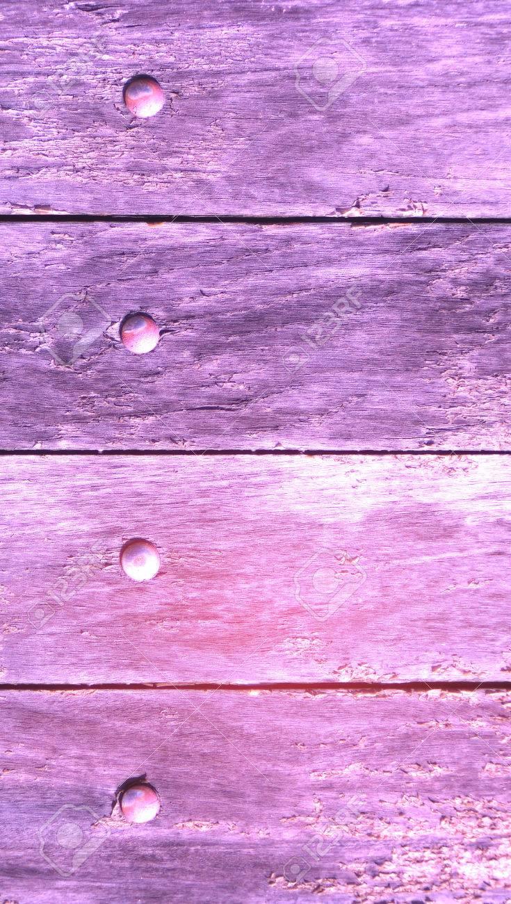 alte violette holz tür malen schließen mit nägeln lizenzfreie fotos