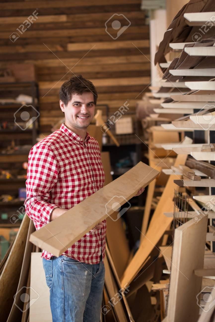 Man Tischler Auswahl Und Bau Holz In Einem Baumarkt Kauf Wählt