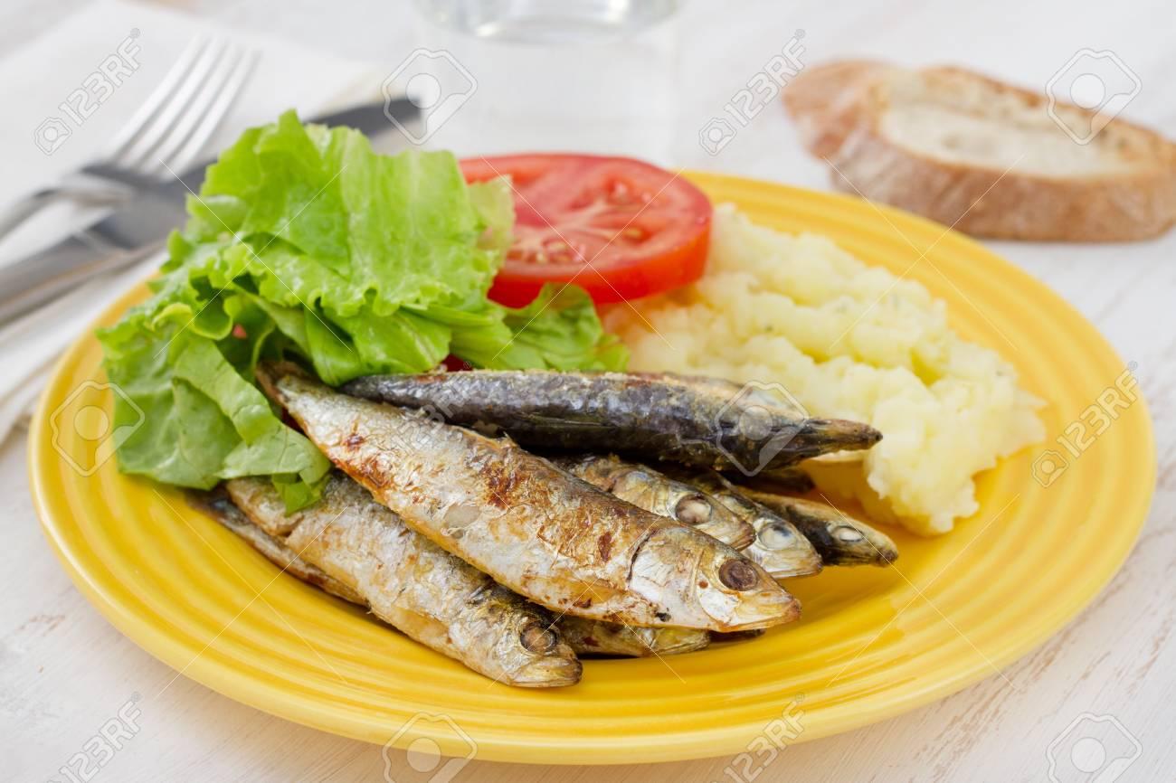 sardinas fritos en el plato Foto de archivo - 15291915