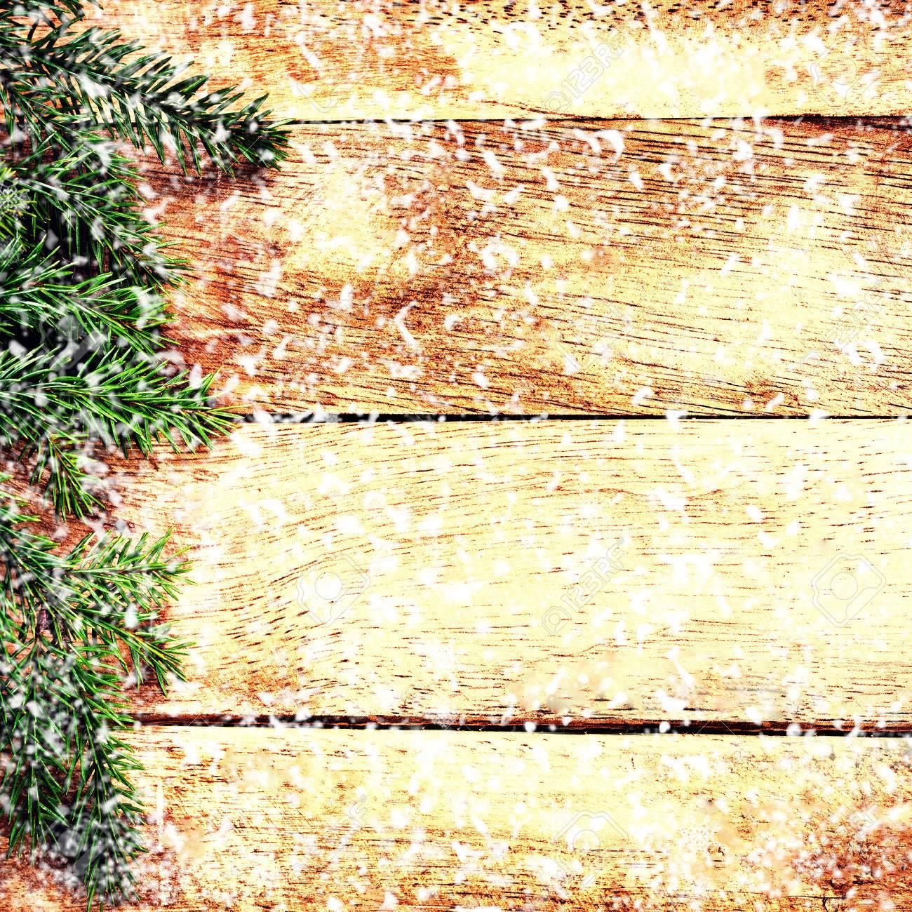 Sapin De Noel Sur Le Mur direction sapin de noël sur le mur de bois avec la chute des flocons  blancs. carte de noël de cru avec atelier pour le texte de voeux.