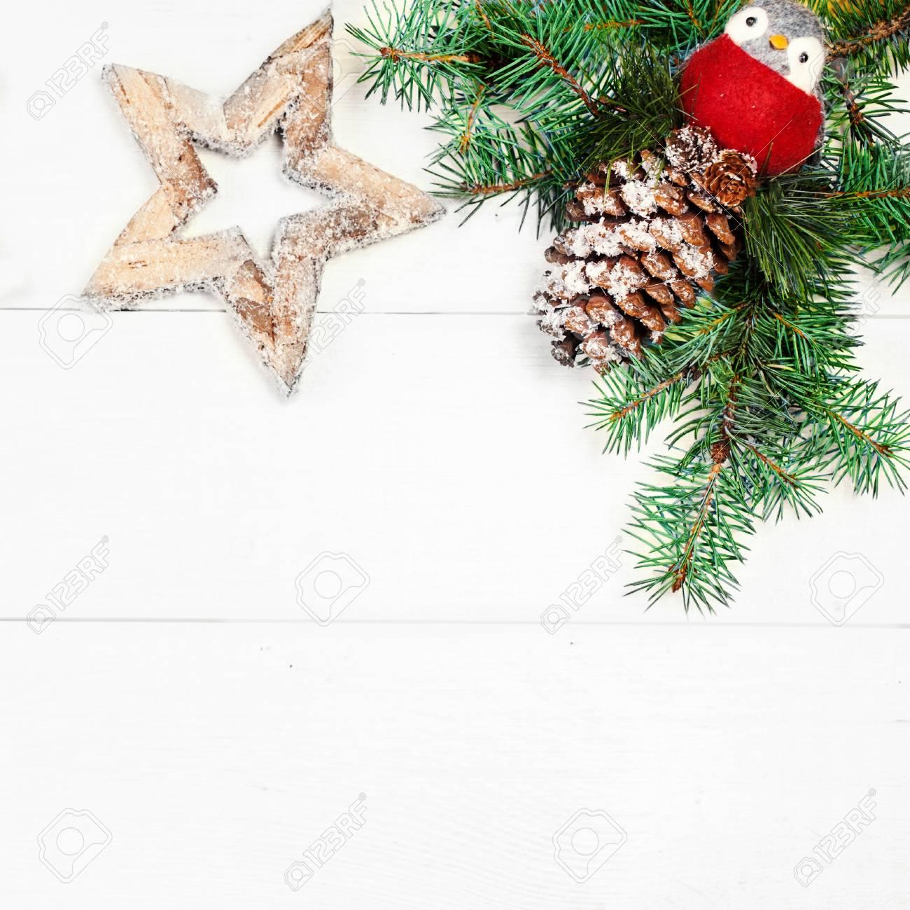 Arbre Bois Blanc Decoration décoration d'arbre de noël d'art sur un fond en bois blanc avec espace de  copie pour le texte. cadre de noël, frontière