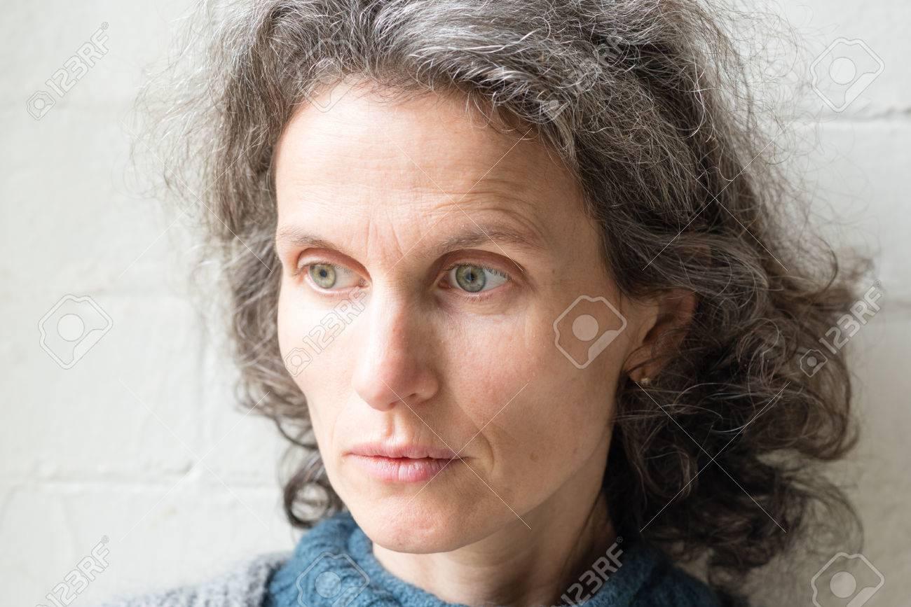 Archivio Fotografico - Naturale alla ricerca donna di mezza età con i capelli  grigi cercando riflessivo (messa a fuoco selettiva) 7e2483aaf05f