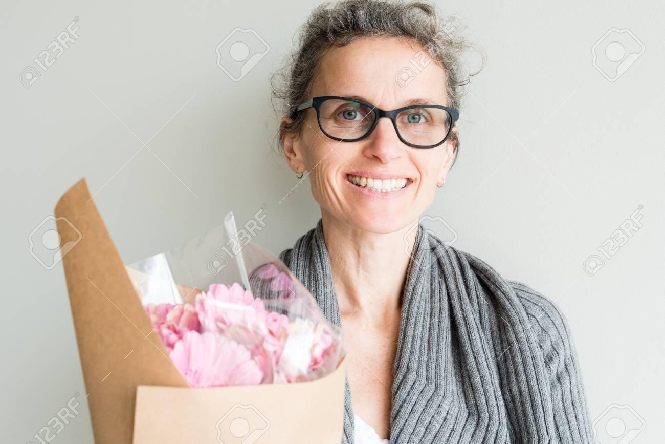 Cheveux gris lunettes noires