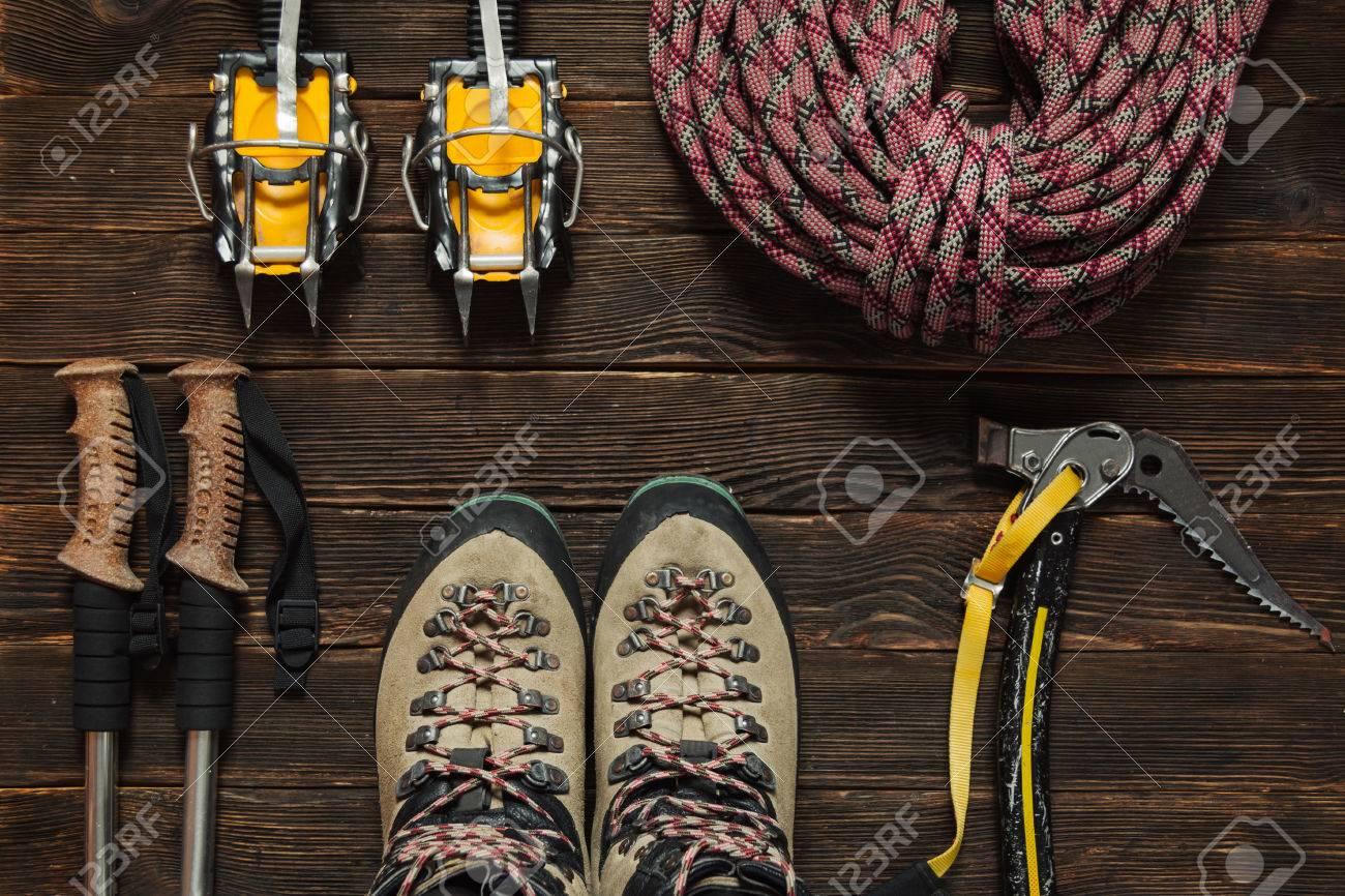 Kletterausrüstung Set : Kletterausrüstung rotes seil steigeisen eis werkzeuge trekking