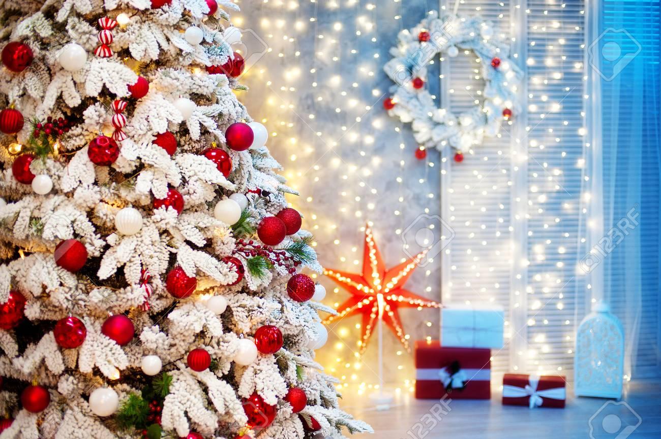 Weihnachtszimmer Innenraum. Weihnachtsbaum Mit Kugeln Und Bögen ...