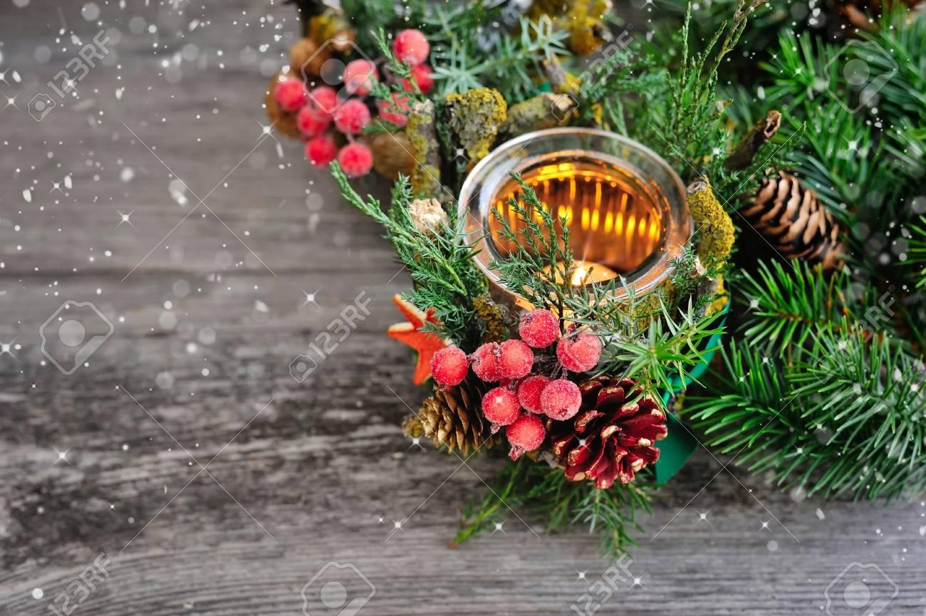 Kerzenständer Und Weihnachtsbaum Niederlassungen Auf Einem Holztisch ...