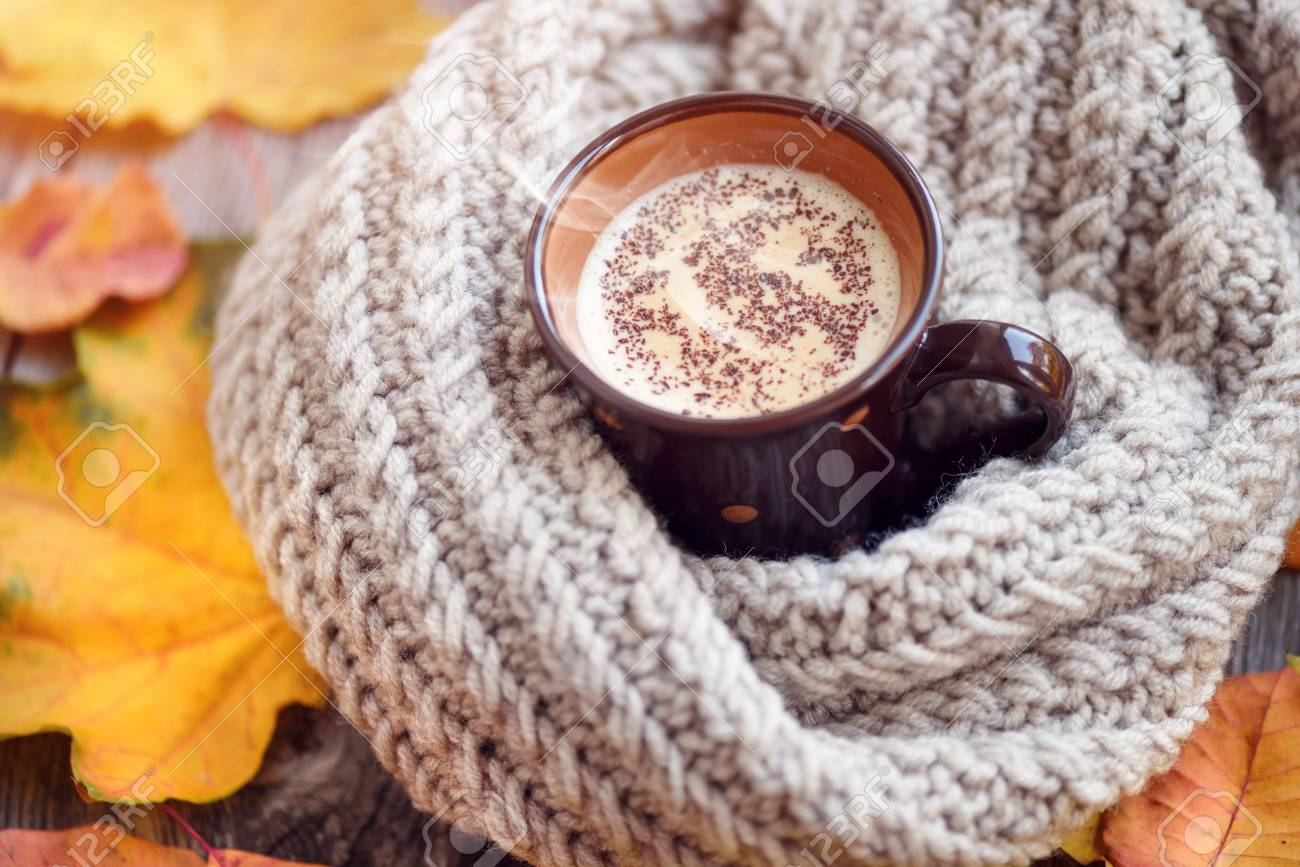 70cc5ace0b730 Banque d images - Feuilles d automne, tasse de café chaud et une écharpe  chaude sur fond de table en bois. Café du matin, dimanche se détendre et  concept de ...