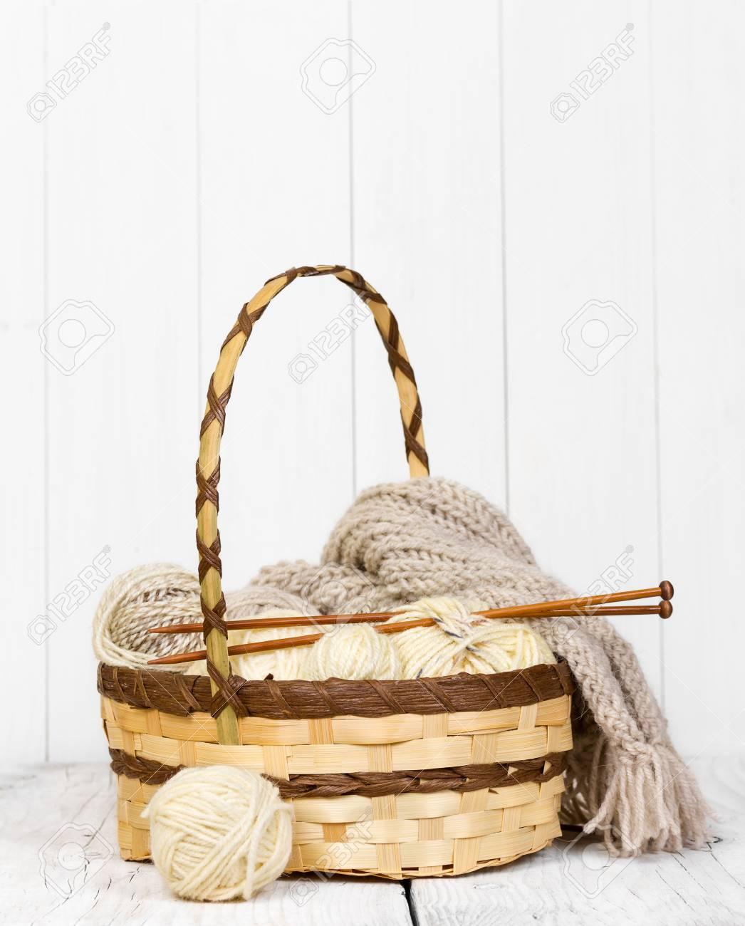 madejas con hilos de lana para hacer punto en una cesta de mimbre en un fondo - Como Hacer Cestos De Mimbre
