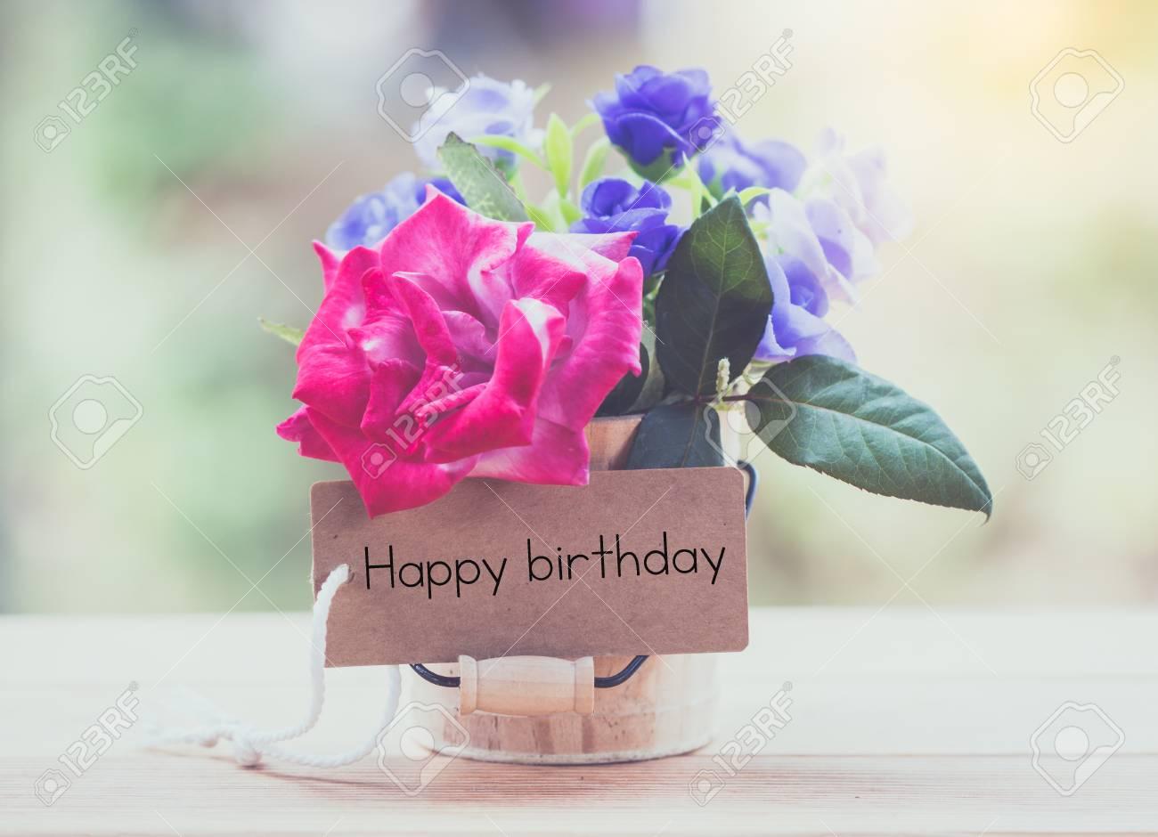 Schreiben Ganz Glucklich Geburtstag Auf Karte Mit Rose Auf Dem Tisch