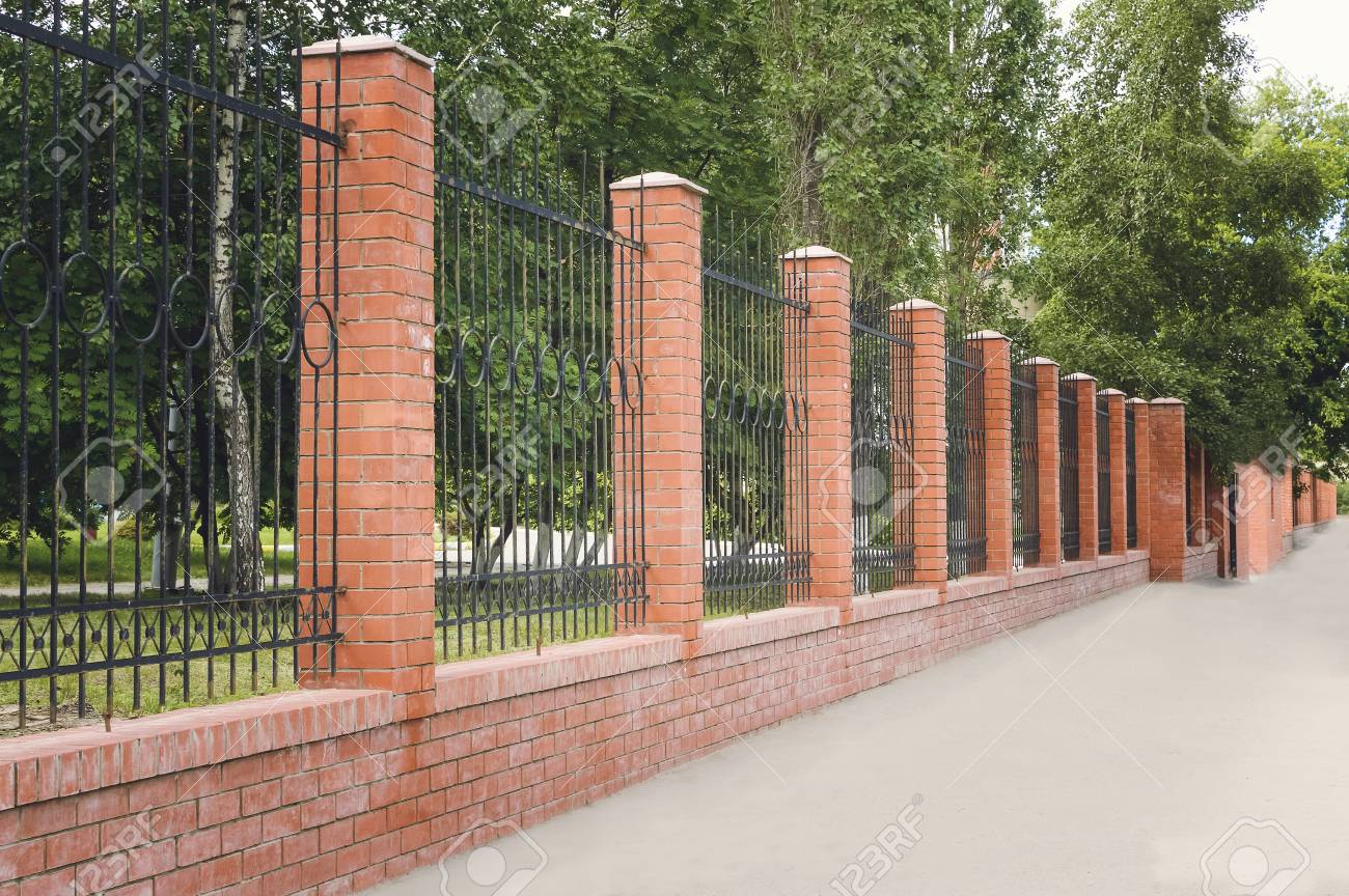 Ziegel Und Metall Zaun Mit Tur Und Tor Des Modernen Stil Design