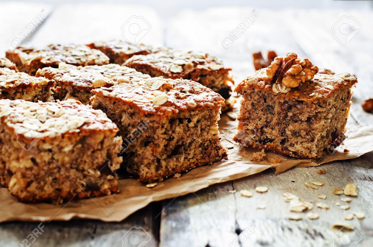 Uberlegen Haferflocken Kuchen Mit Datteln Und Walnüssen Auf Einem Dunklen Holz  Hintergrund. Tönung. Selektiven Fokus