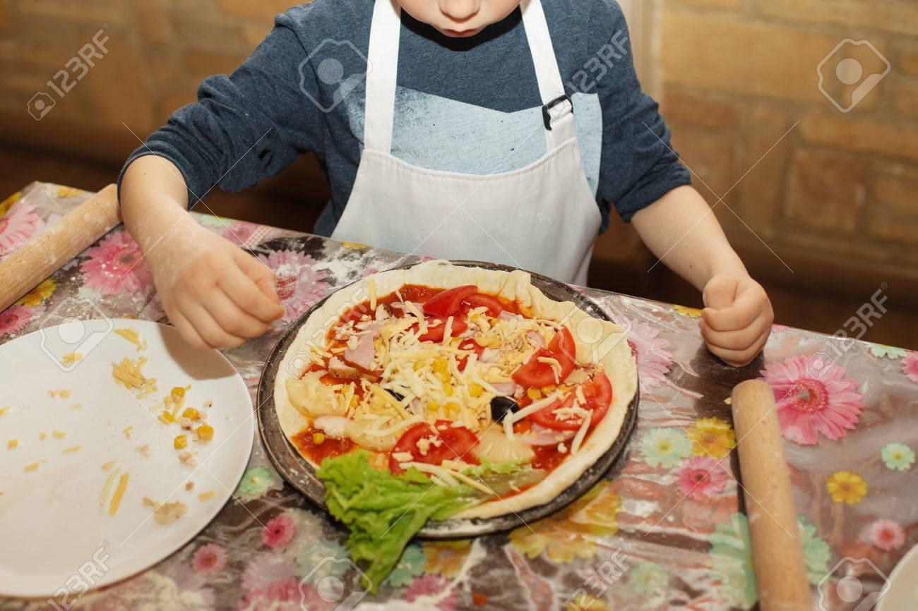 archivio fotografico i bambini fanno la pizza master class per i bambini in cottura della pizza italiana i bambini imparano a cucinare una pizza