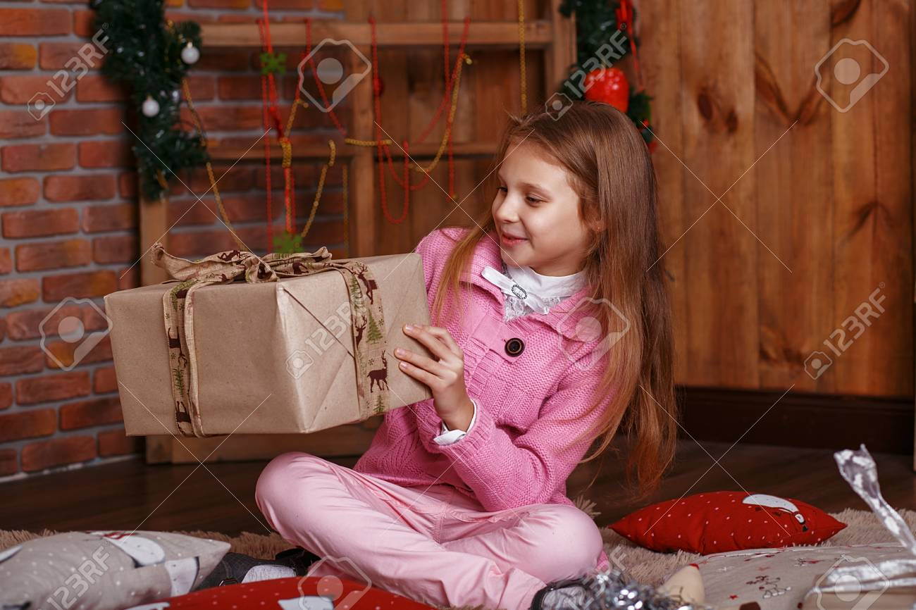 Glückliches Kleines Mädchen Mit Weihnachtsgeschenke. Mädchen ...