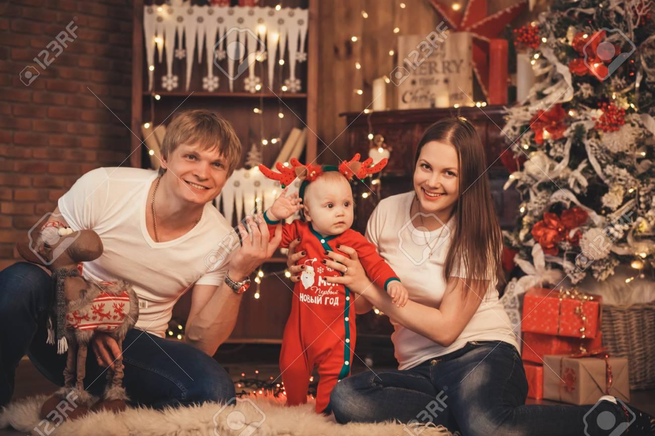 El Bebe Precioso En Traje De Santa Claus Para Navidad Madre Padre