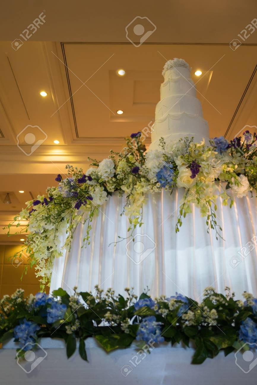 Gâteau De Mariage Décoré Dans Une Salle De Bal De Luxe