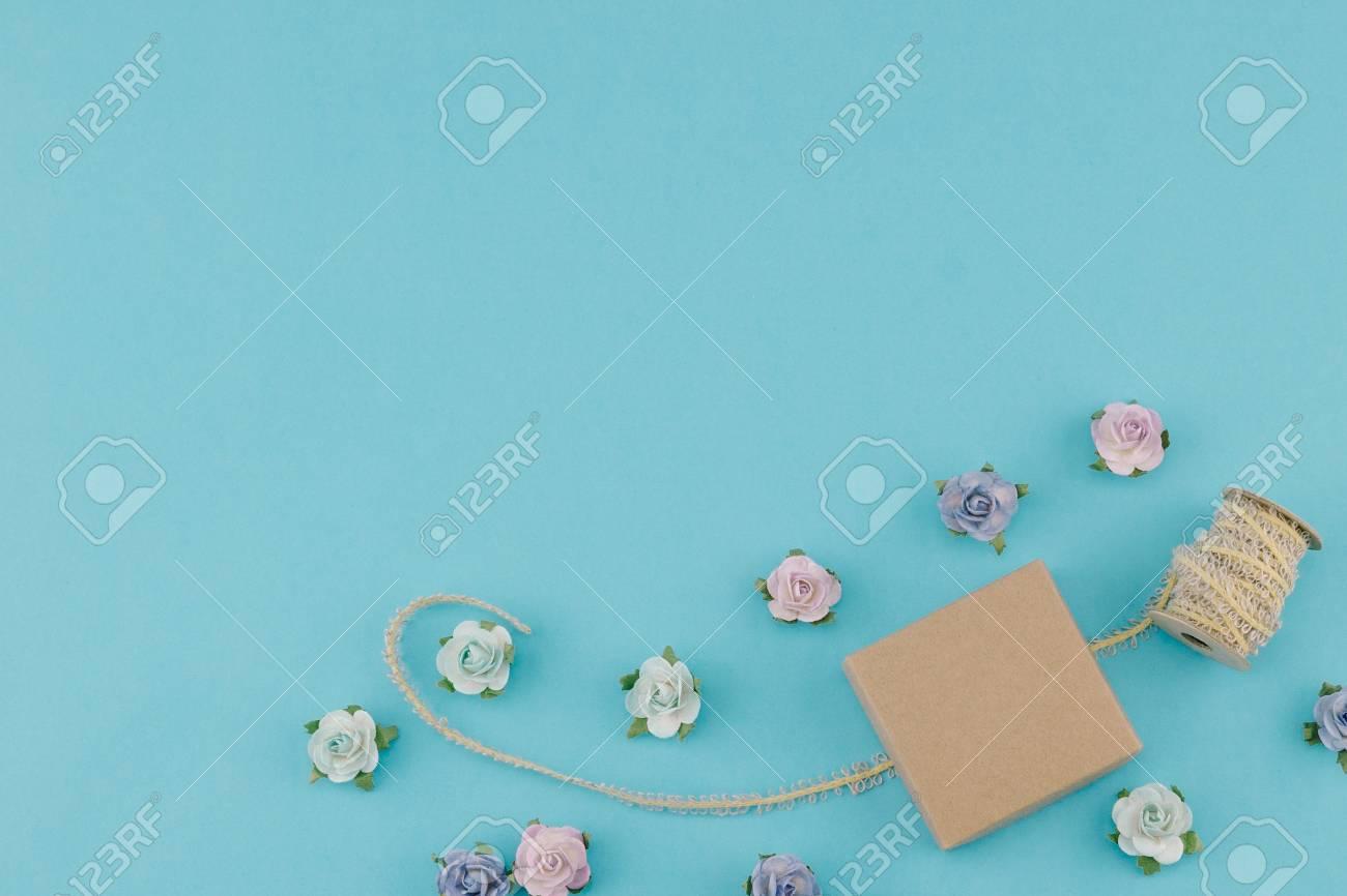 Caja Marrón Y Cuerda Decorar Con Flores De Papel Azul En Colores Pastel Sobre Fondo Azul Con Espacio De Copia
