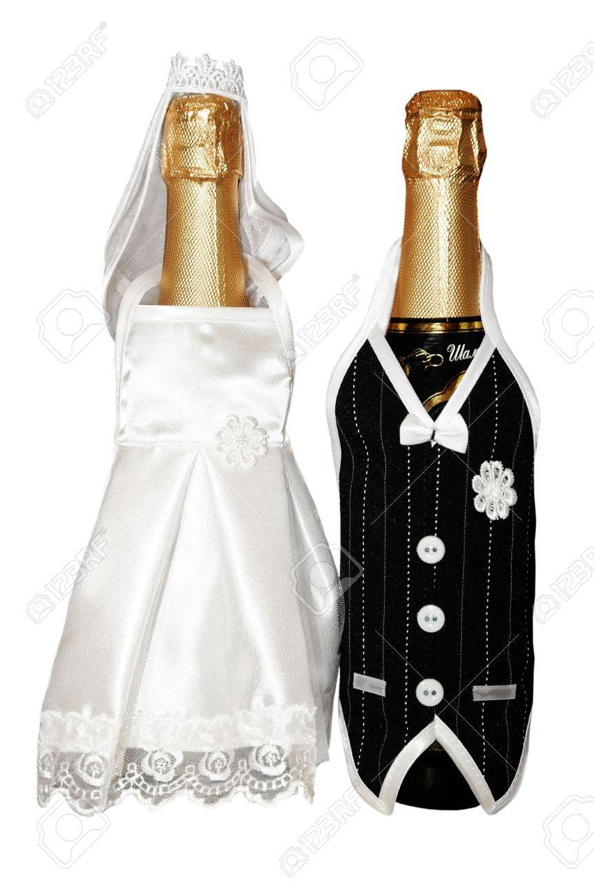 botellas de champagne de bodas vestidos de novia y el novio aislado en fondo blanco