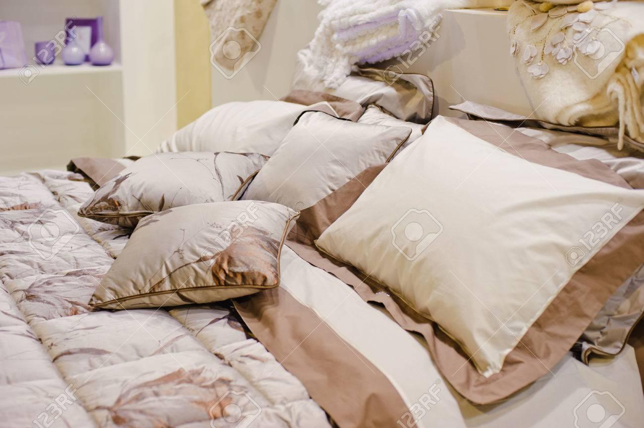 Beige Viele Kissen Auf Einem Bett Im Schlafzimmer Lizenzfreie ...