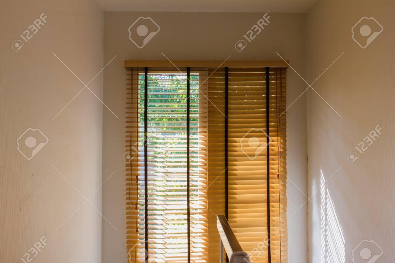 照明は、光漏れとウィンドウで茶色の木製カーテン制御 ロイヤリティー