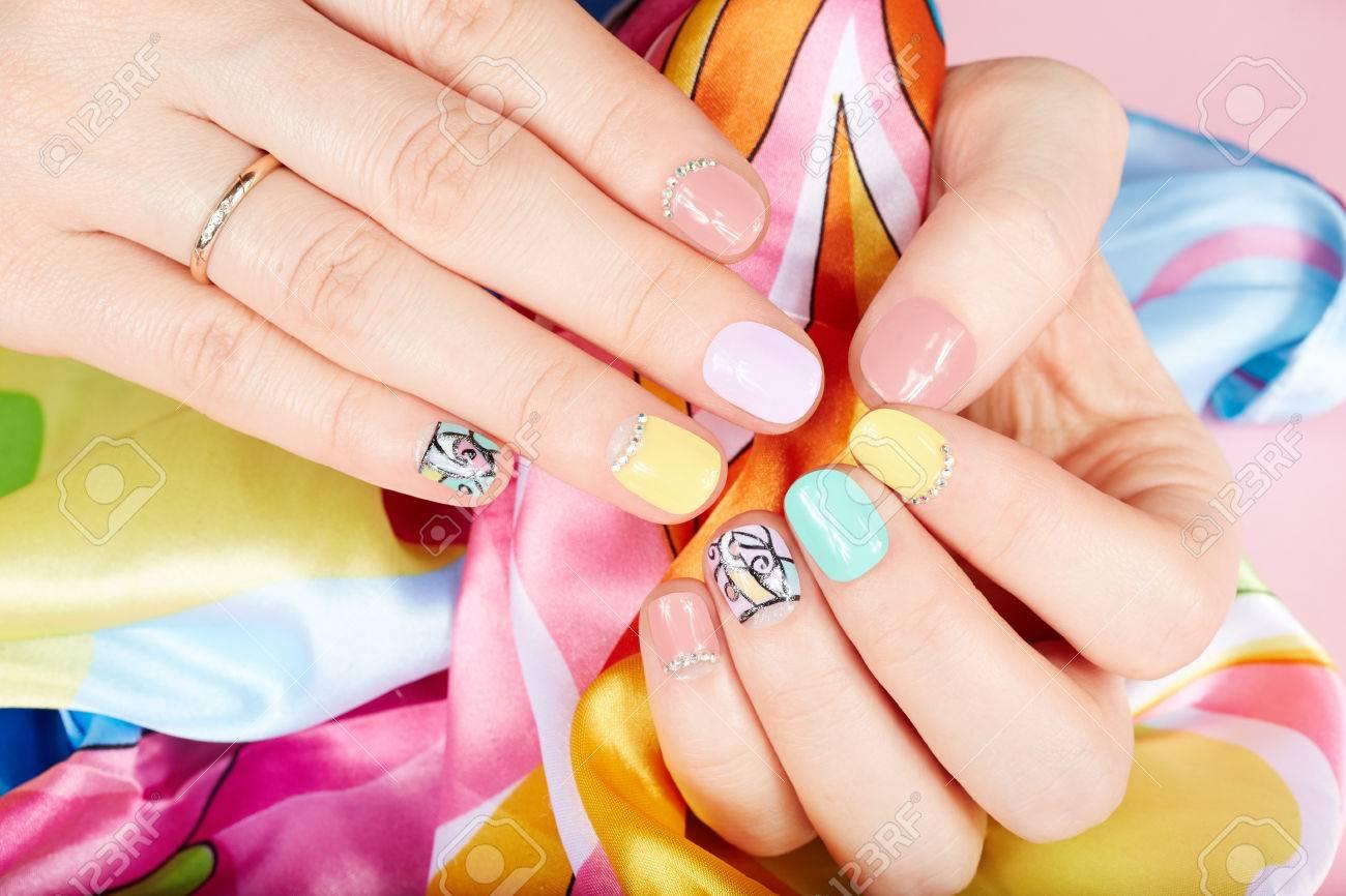 Manos Con Hermosas Uñas Pintadas De Diferentes Colores Con Esmalte De Uñas