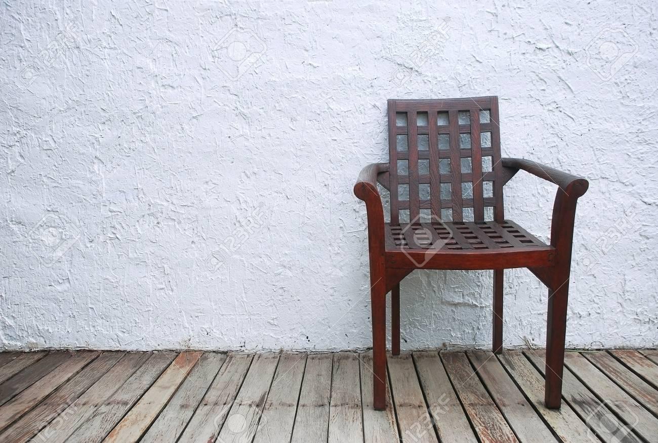 Oude Houten Vloeren : Een houten stoel op de oude bruine houten vloeren en witte ruwe