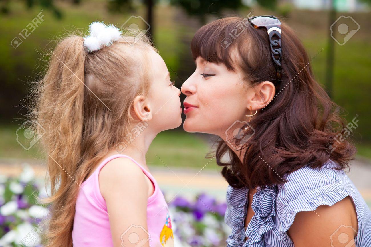 Смотреть как целуются дочка с мамой 2 фотография