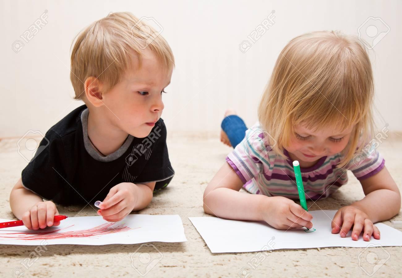 Niño y niña poco están pintando Foto de archivo - 10121999