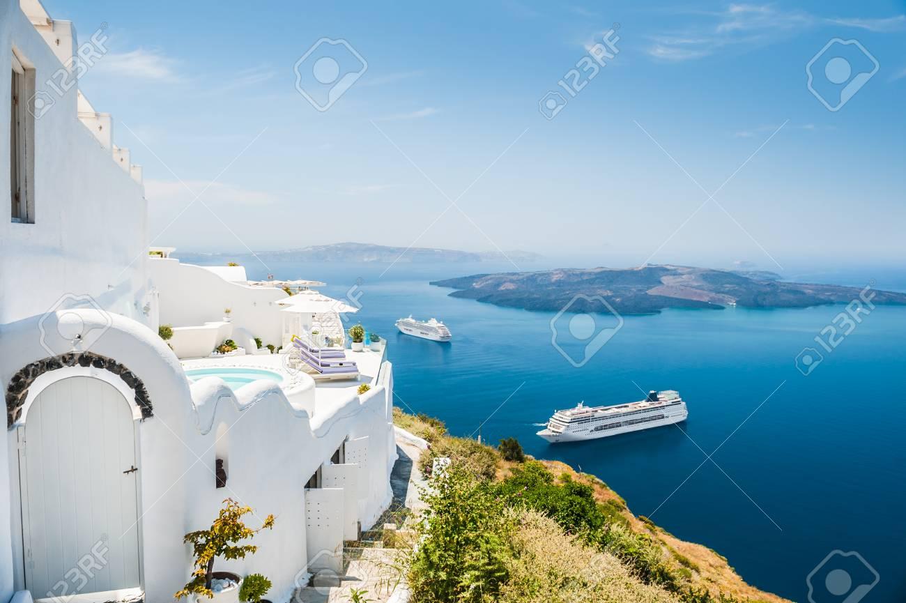hôtel en bord de mer. architecture blanche sur l'île de santorin, en