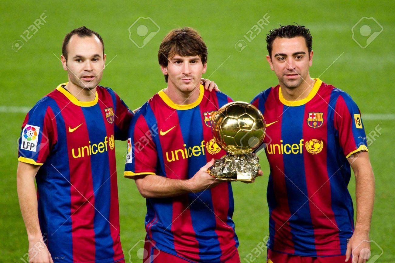 ¿Cuánto mide Lionel Messi? - Estatura y peso - Real height - Página 2 11366668-barcelona-espa%C3%91a-12-de-enero-de-2011-lionel-messi-andr%C3%A9s-iniesta-y-xavi-hern%C3%A1ndez-muestra-el-premio-de-ju