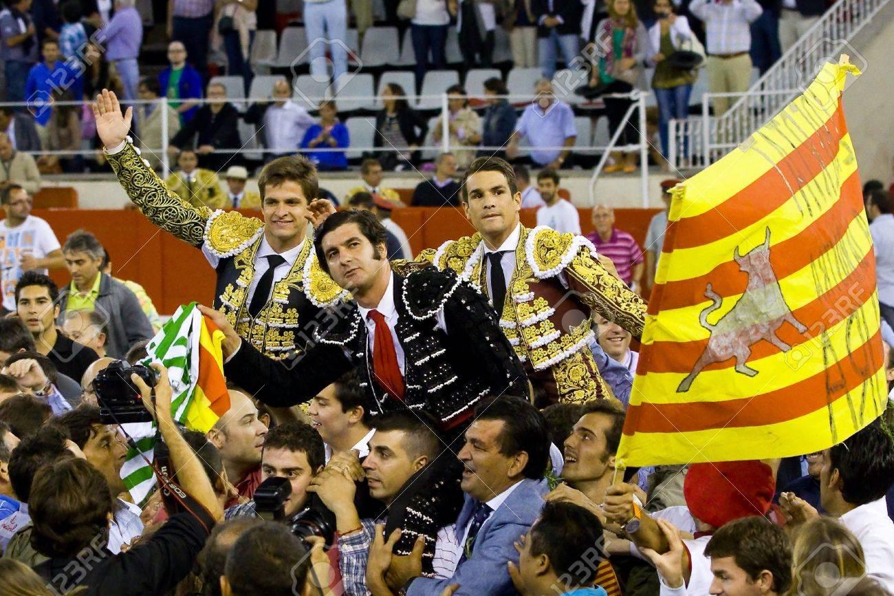 Una foto de Morante cada día - Página 3 15078788-barcelona-24-de-septiembre-el-juli-morante-de-la-puebla-y-jos%C3%A9-mar%C3%ADa-manzanares-celebra-su-%C3%A9xito-en-la-%C3%BAltima-