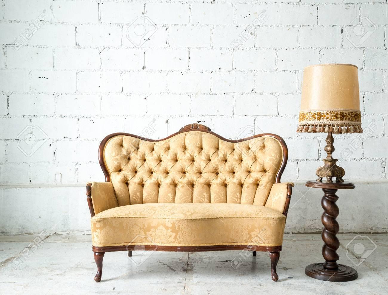 Style classique Fauteuil canapé-lit dans la chambre vintage avec lampe de  bureau