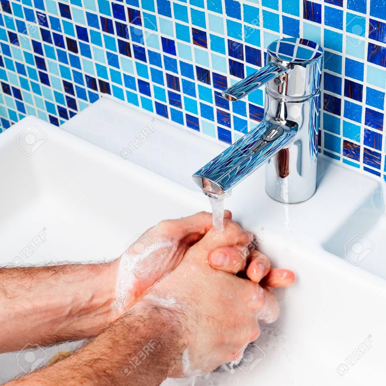 Lavabo Manos.Hombre Que Se Lava Las Manos En Un Lavabo Del Bano