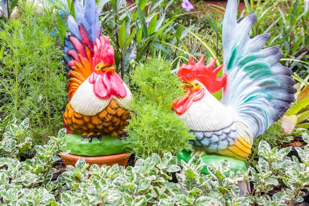 Poulet en céramique pour la décoration de la maison dans le jardin d\'été,  jardin décoratif